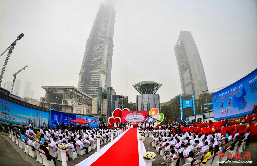 中建三局117大厦20对一线建设者举行集体婚礼