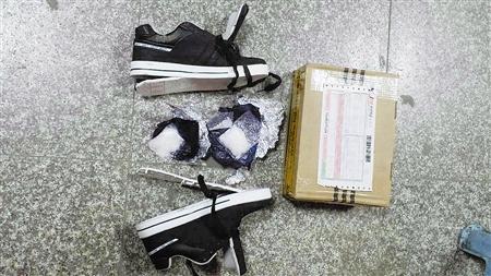 一名外地男子通过快递公司接收从广东省东莞市寄发的快递件,采取隐蔽方式贩卖毒品,以获取暴利。警方获取线索后,成立专案组展开侦查,在其提取快递件时将其擒获,并从他接收的一双休闲布鞋鞋跟儿里查获冰毒42.75克。