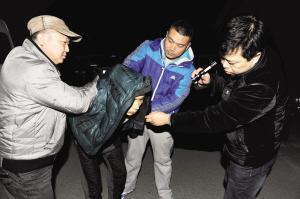 """入室盗窃被发现,窃贼在与事主打斗中受伤逃走。接报后,民警仅用4天就将这名平时打着""""飞的""""专偷一线城市的大盗抓获。"""