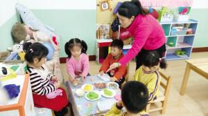 """享受独立活动室、盥洗室、睡眠室""""大套房"""",配备电视、空调、饮水机等生活设备,新区让外来工子女与本地同龄人享受同样优质的学前教育,日前已确立2所幼儿园为""""阳光乐园"""",为该区域的外来务工人员子女提供普惠性的学前教育服务。"""