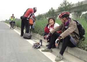 骑行穿越川藏线意味着什么?需要骑行2188公里,翻过12座海拔超过4000米的大山,需要走山路、搓板路,战胜高原反应,应对多变的天气。据了解,每年的4月到6月,全国有2000多名骑友挑战川藏线,但最终能成功到达拉萨的不足400人,而本市夕阳红骑行队两位年过六旬的骑友成为他们中的两员。