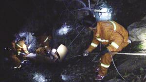 """图片由蓟县消防支队提供  前日,5名""""驴友""""到蓟县九华峰攀登、探险,不想出现意外,一名54岁""""驴友""""从峰顶下山时不慎滑下,造成小腿胫腓骨骨折,无法行动。蓟县消防支队盘山中队9名消防员与一名医护人员,在当地村民的带领下,穿越荆棘密布的树林、攀爬陡峭山路,紧急救援。经过9个多小时的努力,直到昨日2时30分,才将5名被困人员安全送下山。"""