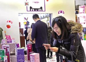 """即日起,京津城际列车在每天早晚高峰时段,增设两列""""环球购号""""列车。昨天上午,首趟从北京南站始发的""""环球购号""""城际列车到达于家堡高铁站,乘客体验了一把在列车行驶途中线上浏览、预订、购买商品,到站后线下自提或快递到家的购物新模式。与此同时,天猫国际也在天津自贸试验区于家堡环球购设立跨境O2O体验中心。京津冀消费者在享受便捷出行的同时,更可实现""""购遍全球""""的消费体验。"""