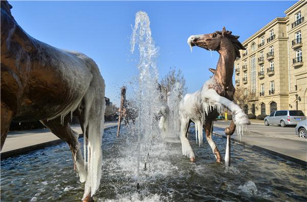 昨天(1月24日),天津气温达-10℃左右,天津环亚国际马球会的喷泉仍然保持开启,立于喷泉池里的马球塑像,在极寒天气中结上一层冰,宛如冰雕一般。