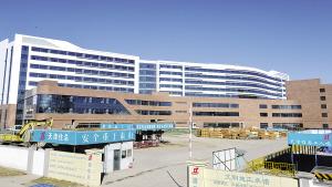 天津空港国际生物医学康复治疗中心项目主体外檐已经基本完成,进入内部装修设备安装阶段,这是我国以国际标准建立的首家个体化肿瘤治疗中心,总体建筑面积近12万平方米,预计今年下半年交付。
