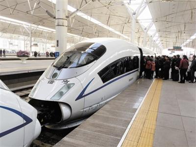 春运客流高峰,铁路部门加挂动车组满足旅客出行。
