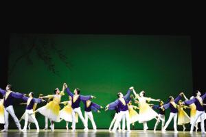 """天津有一群特别""""厉害""""的爷爷奶奶,虽然他们的平均年龄都61岁了,可是,他们却非要挑战一下""""足尖儿上的艺术"""",玩儿起了芭蕾。今年春节前,这些爷爷奶奶们把芭蕾跳到了国家大剧院的舞台。"""
