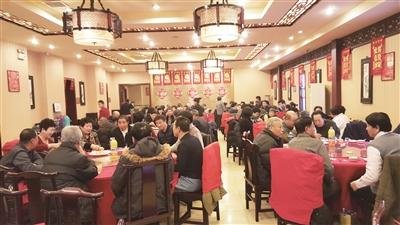 """随着除夕的临近,新区年夜饭的预定也趋于火爆,众多饭店出现""""一座难求""""的场面。中档饭店精准定位,推出多种实惠套餐。高档酒店放下身段,推出众多亲民菜品。一些饭店也扩大经营,针对年夜饭市场推出年夜饭外卖等项目。"""