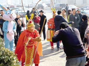 游客与美猴王演员相互作揖、拜年,互动娱乐。