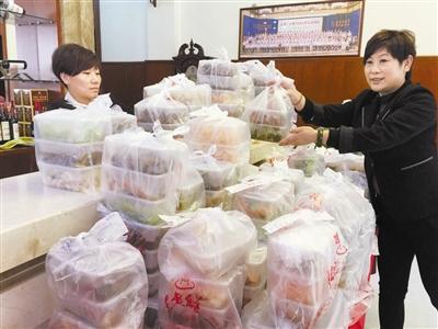 年逾六旬的国家级烹饪大师辛宝忠挂帅上灶为市民烹制年饭。