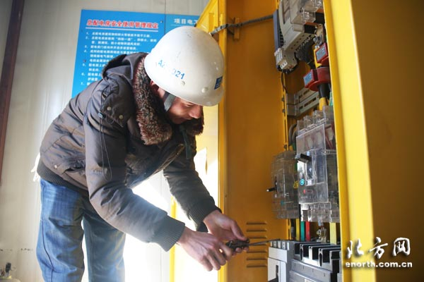 电工张欢检查117项目工地配电箱
