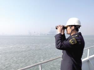 """除夕,对中国人而言,是一年中最重要的日子,和家人一起贴春联、包饺子、看春晚、吃年夜饭……然而,东疆海事局海巡执法支队的工作人员却一刻也不敢放松。除夕当天,记者就跟随东疆海事局海巡执法支队副队长兼""""海巡0204""""轮轮机长刘和强,登上""""海巡0204""""轮,见证他的除夕。"""