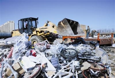 """""""3·15""""即将来临,为维护市民权益,昨日武清区市场和质量监督管理局集中销毁了一批依法没收的假冒伪劣商品,其商品总价值达40余万元,受到市民好评。"""