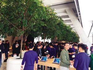 """苹果公司在津第二家Apple Store零售店昨天在恒隆广场正式开业,吸引了约400名""""果粉""""通宵排队。"""