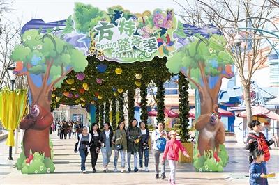 """""""8·12""""事故后暂停营业的方特欢乐世界今起开门纳客。此次该项目全新升级,多个新设施将带给游客科技与绿色相结合的生态游新体验。"""