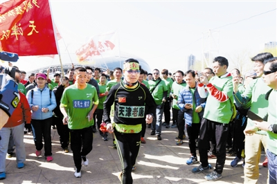 众多天津跑友为唐广礼陪跑助威。